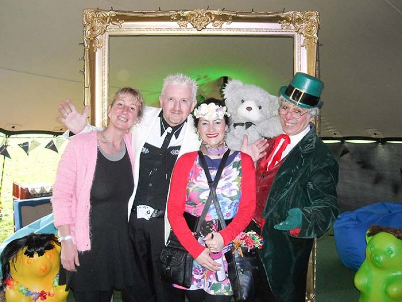 https://johnclaytonmagician.co.uk/wp-content/uploads/2019/04/John-Clayton-with-entertainer-friends-800x600.jpg